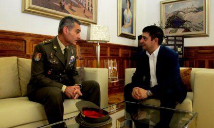 El presidente de la Diputación recibe al general Aroldo Lázaro, nuevo jefe de la Brigada Guzmán el Bueno X