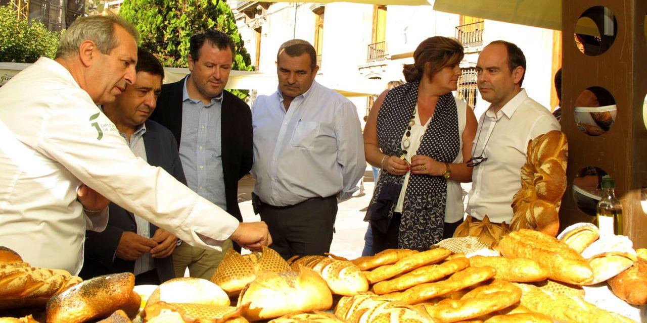 Una decena de panaderías enseñan y dan a probar sus productos de calidad en una muestra en la lonja de la Diputación