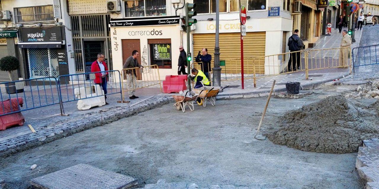 Obras el cruce de la calle Bernabé Soriano con Ramón y Cajal y Álamos