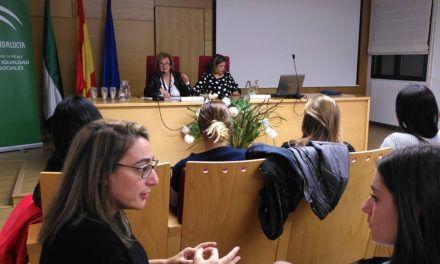 Más de cien personas participan en una jornada sobre discriminación de género que aborda aspectos normativos y tratamiento mediático