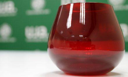 El Comité Oleícola Internacional valida la copa de cata de aceites de oliva rojo granate diseñada por la UJA y la empresa Elaia Zait