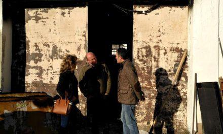 El alcalde visita las instalaciones de Vaciacostales tras el incendio de ayer