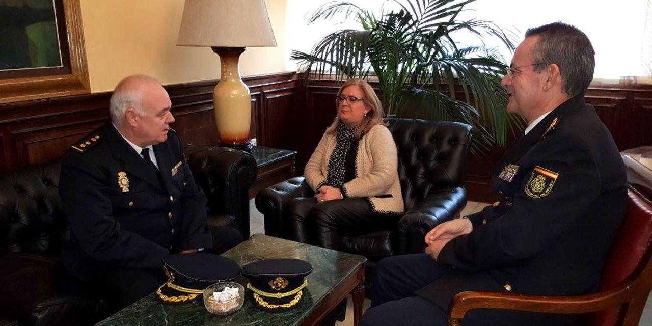 Francisca Molina recibe al nuevo comisario jefe de Operaciones de la Comisaría Provincial de Policía
