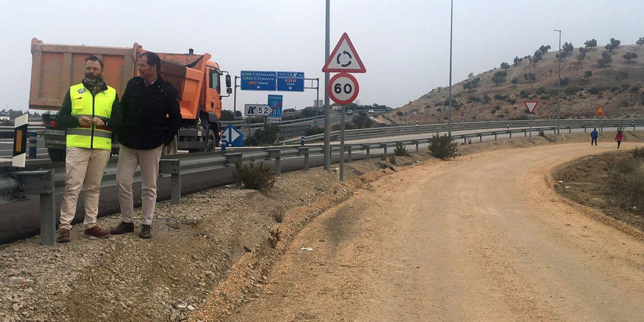 La Junta realiza labores de seguridad vial en distintos tramos de las vías de servicio de la Autovía del Olivar