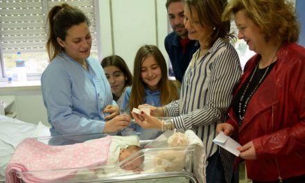 Los hospitales públicos regalan una aceituna de plata a las madres de los once bebés nacidos el Día de Andalucía-2018