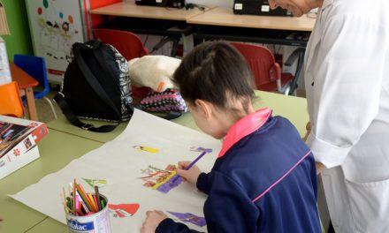 Los pacientes infantiles del Complejo Hospitalario de Jaén confeccionan un mural con motivo de la Semana Santa