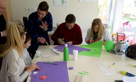 Los pacientes infantiles del Complejo Hospitalario de Jaén reciben la primavera con la elaboración de marcapáginas con formas de flores