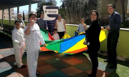 Los pacientes infantiles del Complejo Hospitalario de Jaén disfrutan de distintos juegos al aire libre en el área de 'El Jardín de los Sueños'