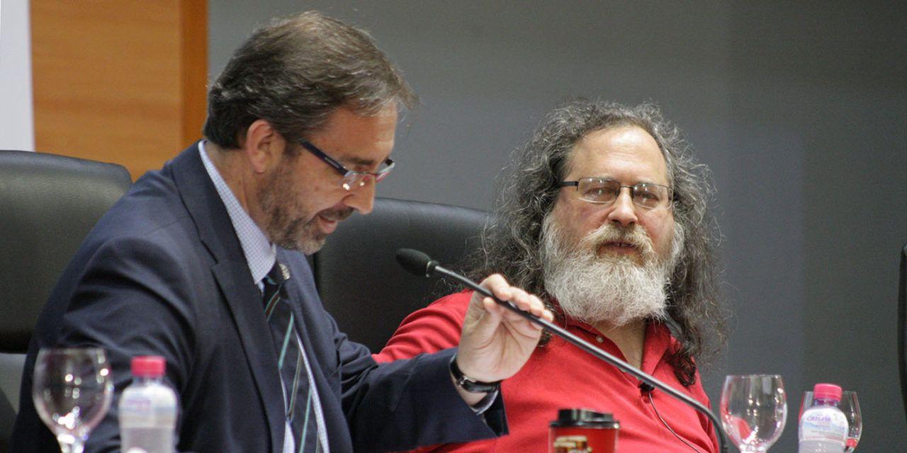 Richard Stallman, padre del software libre, ofrece una conferencia sobre este movimiento y el sistema operativo GNU/Linux