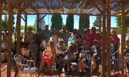 Mayores de la Unidad de Estancia Diurna Santa Marta participan en una actividad intergeneracional con menores