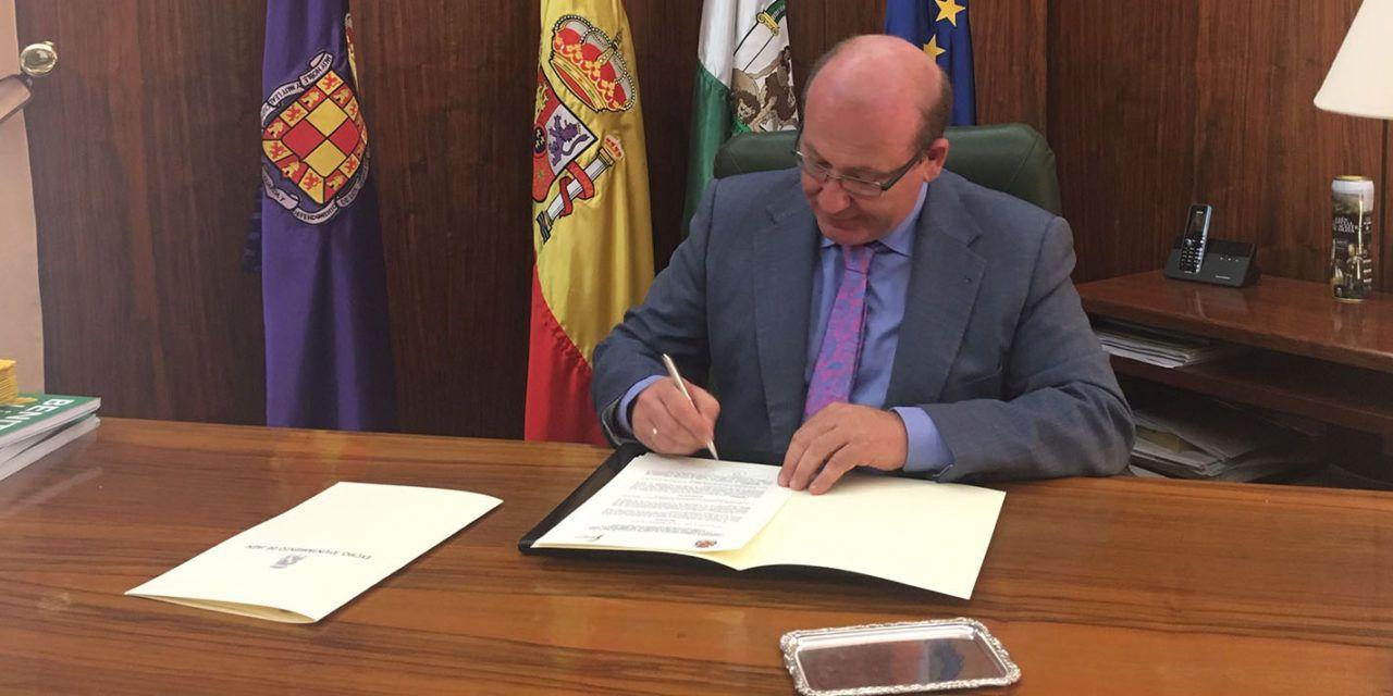 El alcalde firma la cesión del terreno para la construcción del pabellón deportivo junto a IFEJA