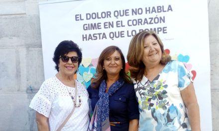 Mesa de sensibilización instalada por la Asociación Teléfono de la Esperanza en la calle Roldán y Marín