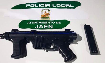 La Policía Local intercepta un vehículo cuyo copiloto exhibió amenazante una metralleta por la ventanilla