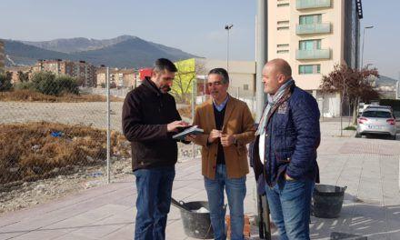 El Ayuntamiento repara el acerado en la calle Esteban Ramírez y establece un vallado de seguridad en un solar adyacente
