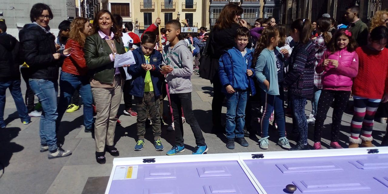 300 escolares de Jaén forman la 'Puerta violeta'