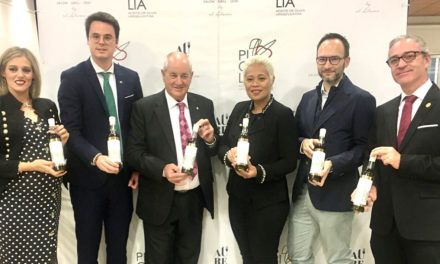 La chef londinense Monica Galetti firma la botella del primer día de cosecha de Picualia