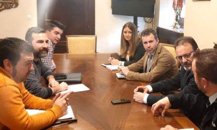 El Ayuntamiento recoge la demanda de los taxistas de habilitar un acceso controlado por Roldan y Marín