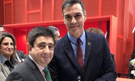 Francisco Reyes mantiene en FITUR un encuentro con Pedro Sánchez