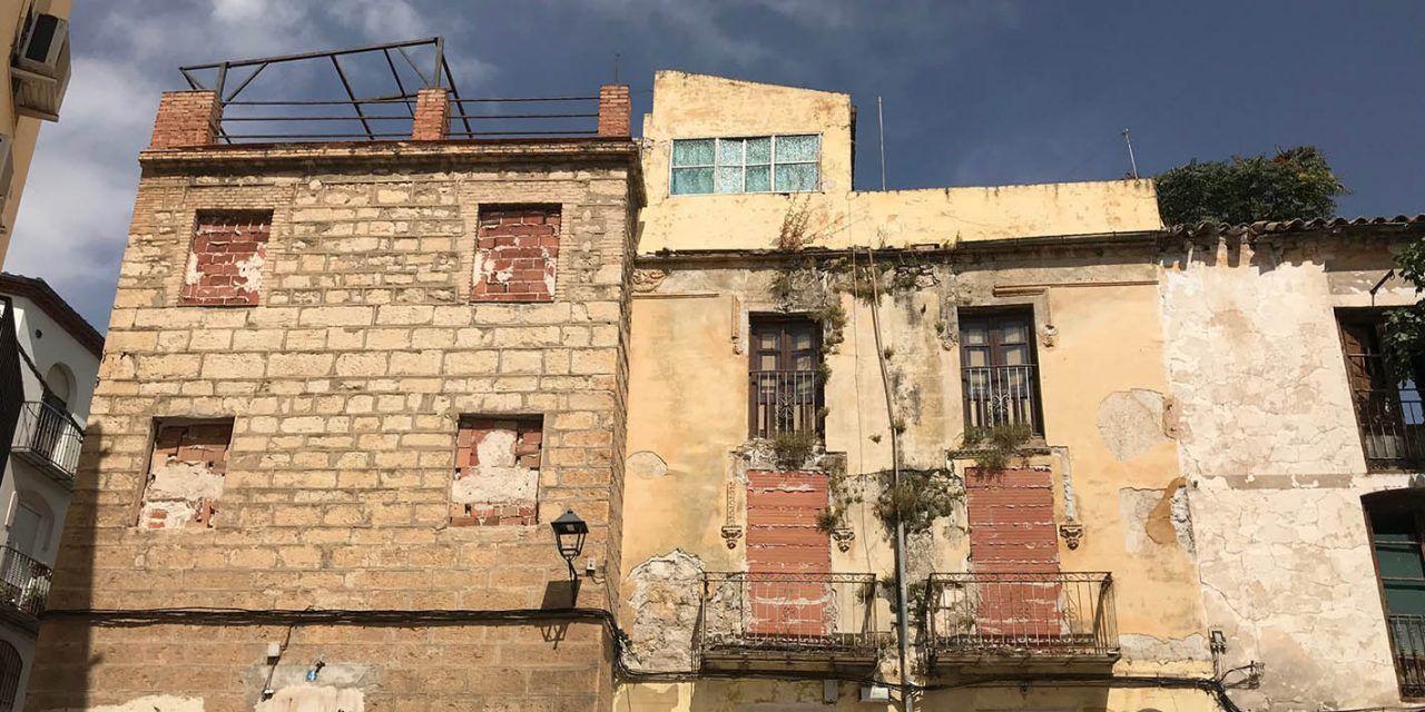 El Ayuntamiento trabaja en la adquisición de tres nuevas viviendas en el entorno de la iglesia de San Miguel que permitirá recuperar el templo para su adecuación