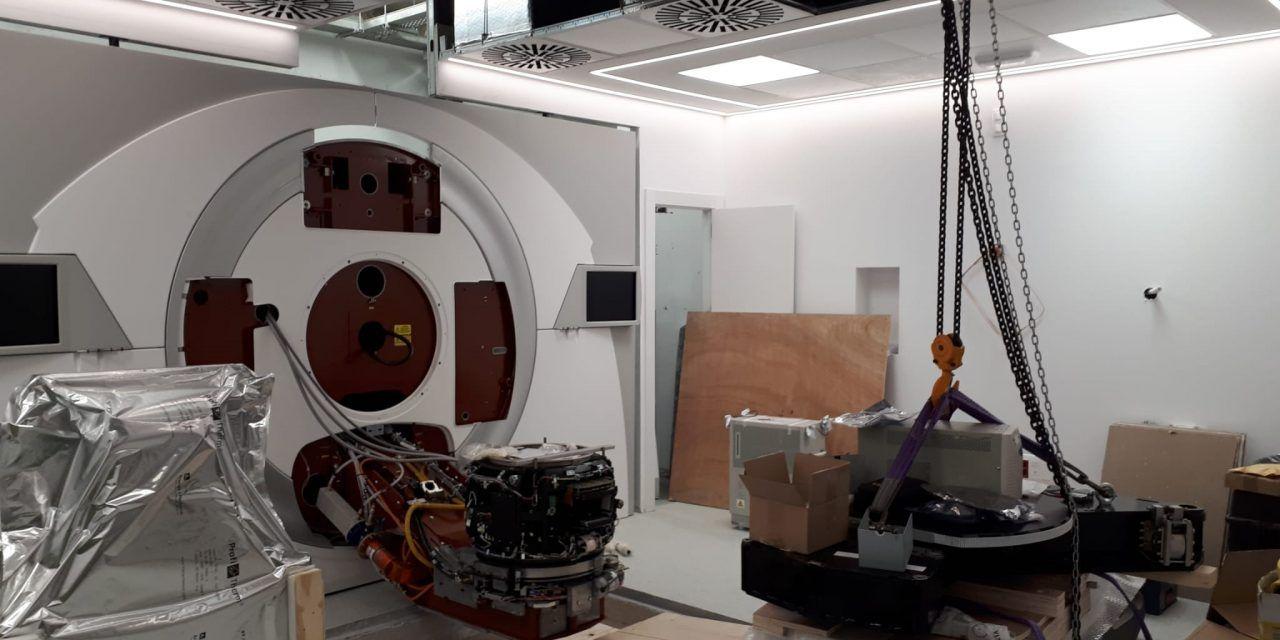 El Hospital de Jaén recibe el nuevo acelerador lineal para tratar el cáncer
