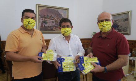 El Jaén Paraíso Interior FS entrega a Francisco Reyes mascarillas con el logotipo de la Diputación