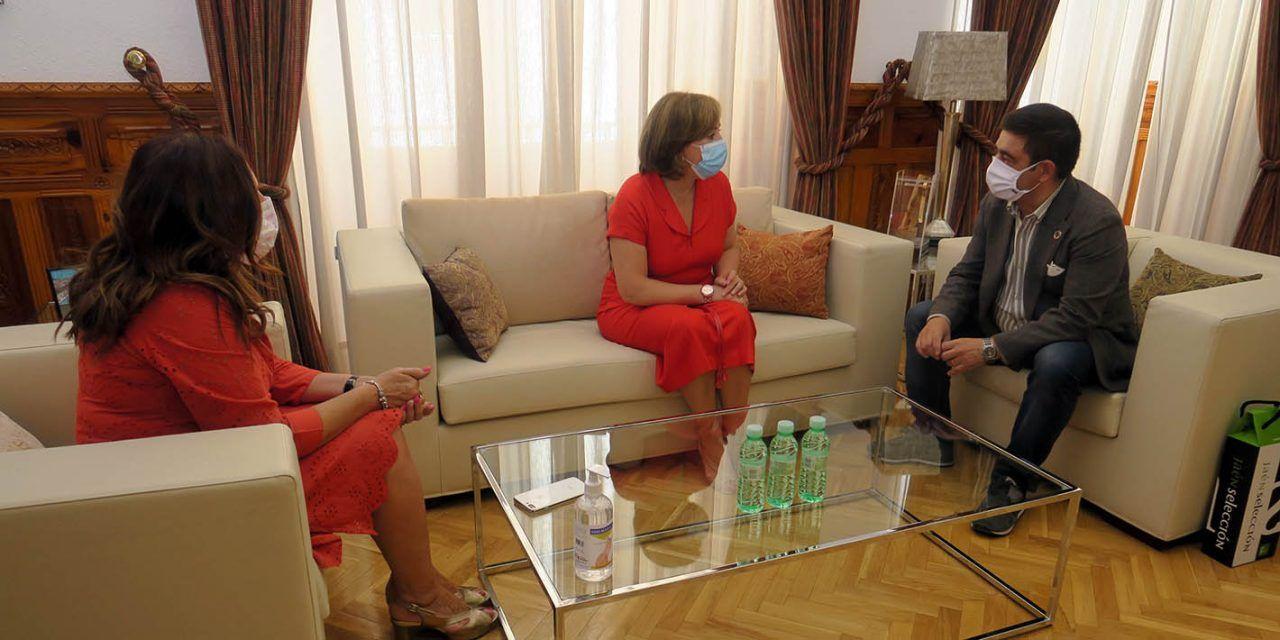 Francisco Reyes se reúne con la delegada del Gobierno de España en Andalucía, Sandra García