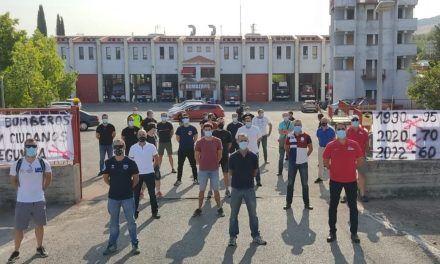 Bomberos de Jaén muestran su rechazo a los recortes salariales ante las puertas del Parque de Bomberos