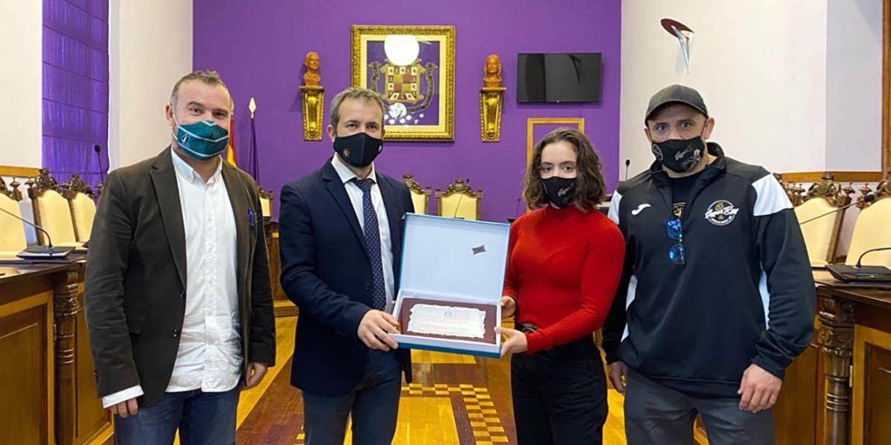 Julio Millán recibe a la boxeadora jiennense Carmen González, subcampeona de Europa