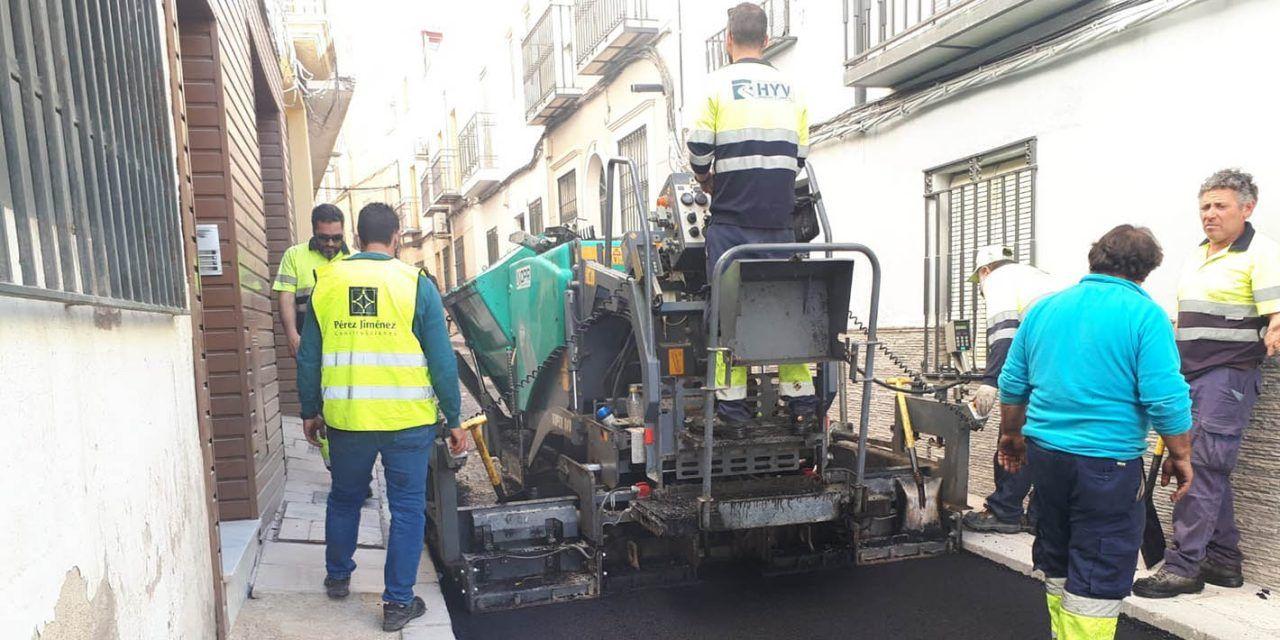 El Ayuntamiento procede al asfaltado de la calle Agustina de Aragón