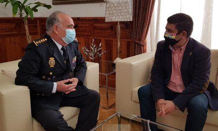 Francisco Reyes recibe al comisario José Miguel Amaya, nombrado jefe superior de la Policía de Andalucía Oriental