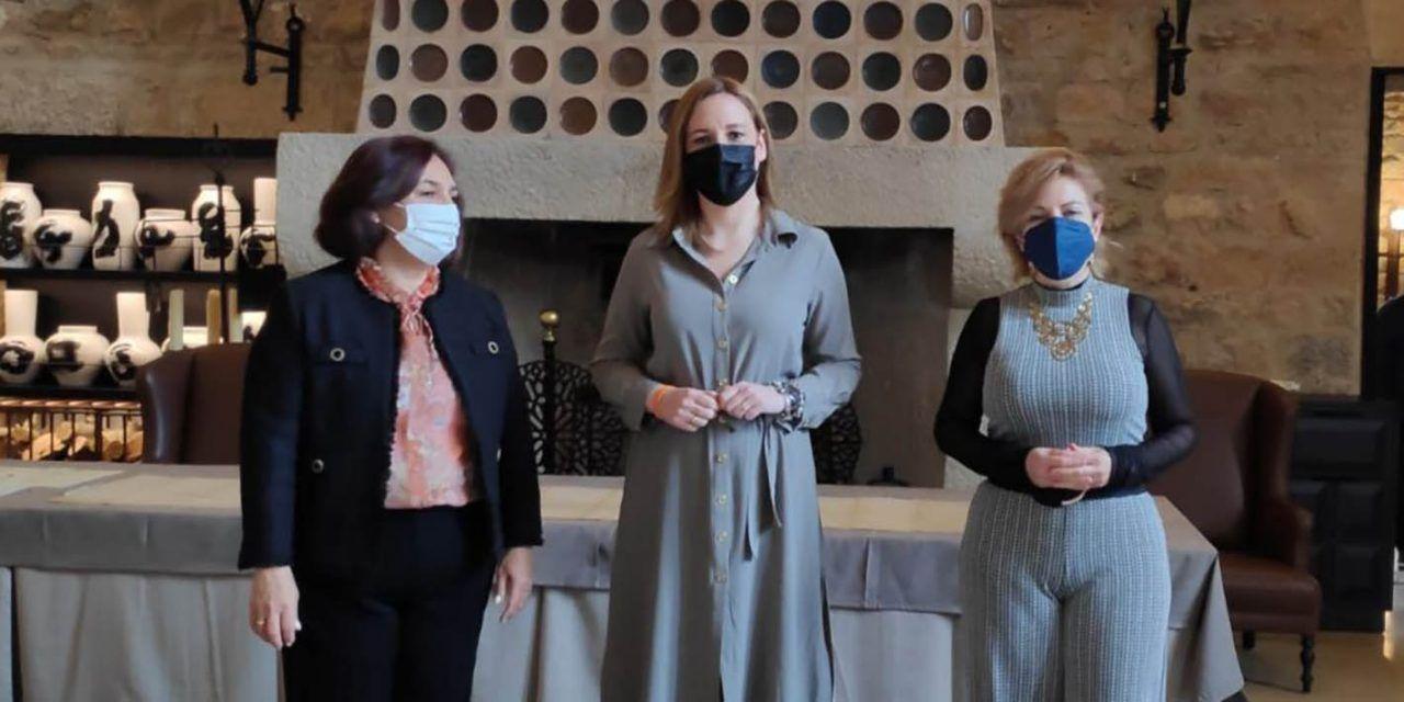Turismo cede al Parador de Jaén documentos históricos en el aniversario de su reapertura