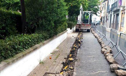 El Ayuntamiento comienza el arreglo del acerado de la calle Virgen del Carmen en el barrio de Santa Isabel
