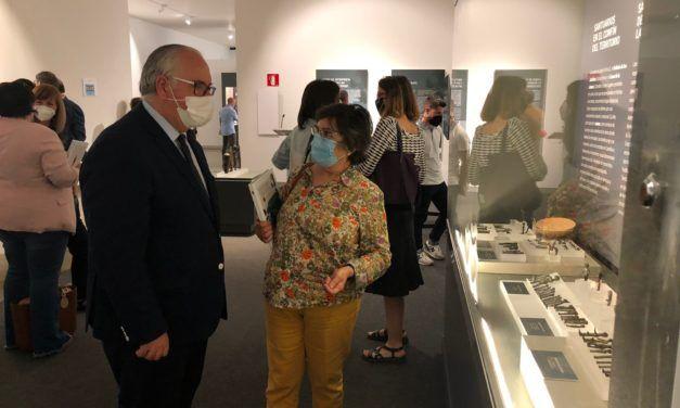 Jesús Estrella destaca la colaboración entre instituciones para  impulsar una exposición que difunde los rituales de esta cultura