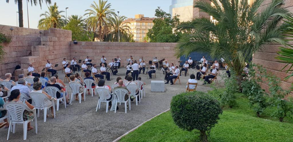 Los jardines del edificio Moneo se abren al público para celebrar un concierto de la Banda municipal de Jaén dedicado al gran compositor de operetas y zarzuelas, Amadeo Vives