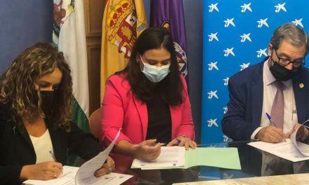 El Ayuntamiento, la Agrupación de Cofradías y la Fundación La Caixa rubrican su compromiso con la educación a través de un convenio para facilitar material escolar a familias con necesidades